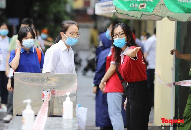 Thí sinh Hà Nội vất vả đội mưa đến trường thi vào lớp THPT - Ảnh 9.