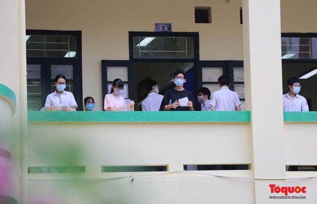 Thí sinh Hà Nội vất vả đội mưa đến trường thi vào lớp THPT - Ảnh 17.