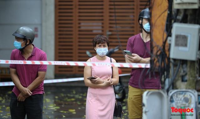 Thí sinh Hà Nội vất vả đội mưa đến trường thi vào lớp THPT - Ảnh 15.