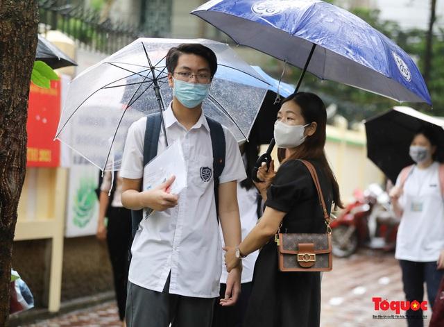 Thí sinh Hà Nội vất vả đội mưa đến trường thi vào lớp THPT - Ảnh 3.