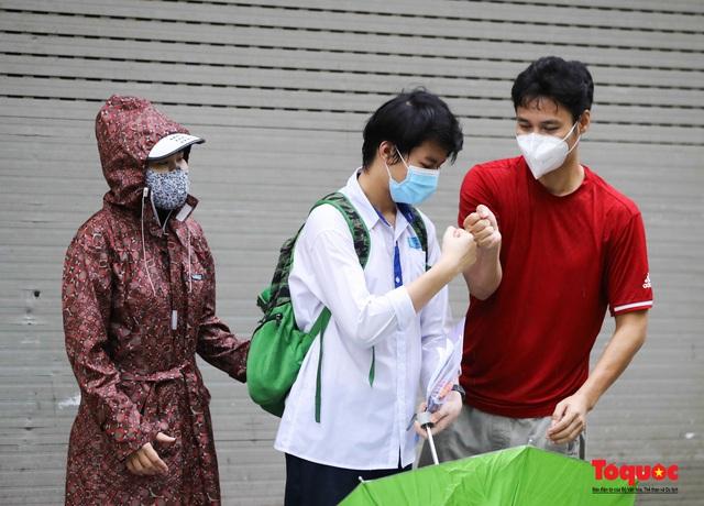 Thí sinh Hà Nội vất vả đội mưa đến trường thi vào lớp THPT - Ảnh 13.