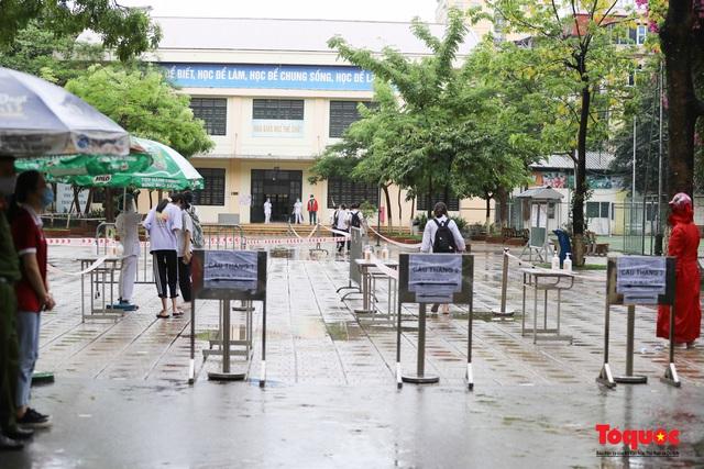 Thí sinh Hà Nội vất vả đội mưa đến trường thi vào lớp THPT - Ảnh 6.
