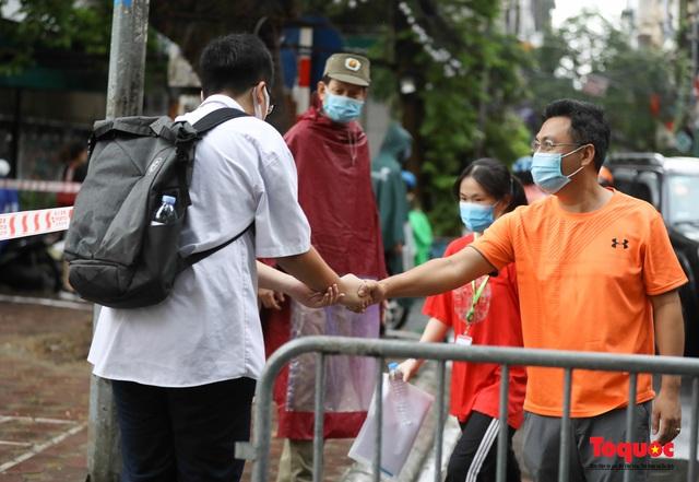Thí sinh Hà Nội vất vả đội mưa đến trường thi vào lớp THPT - Ảnh 14.