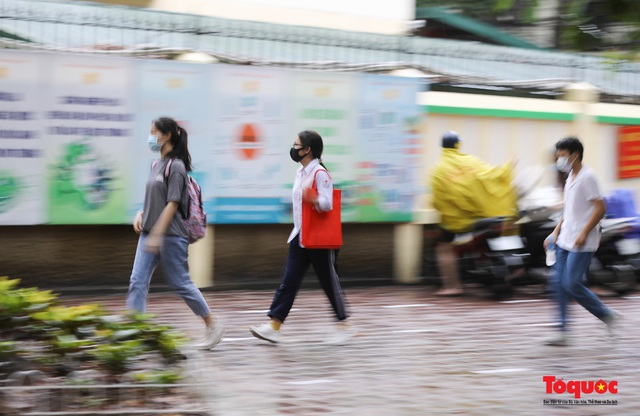 Thí sinh Hà Nội vất vả đội mưa đến trường thi vào lớp THPT - Ảnh 12.