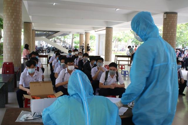 Lấy mẫu xét nghiệm Covid-19 cho hơn 13.000 thí sinh tham dự kỳ thi tuyển sinh lớp 10 tại Đà Nẵng - Ảnh 1.