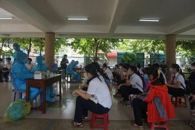 Lấy mẫu xét nghiệm Covid-19 cho hơn 13.000 thí sinh tham dự kỳ thi tuyển sinh lớp 10 tại Đà Nẵng - Ảnh 2.