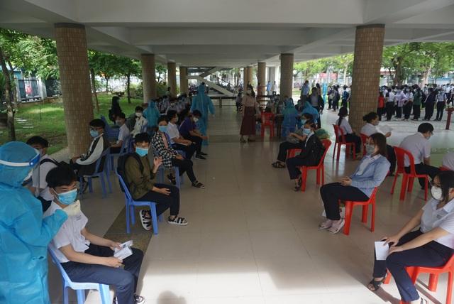 Lấy mẫu xét nghiệm Covid-19 cho hơn 13.000 thí sinh tham dự kỳ thi tuyển sinh lớp 10 tại Đà Nẵng - Ảnh 5.