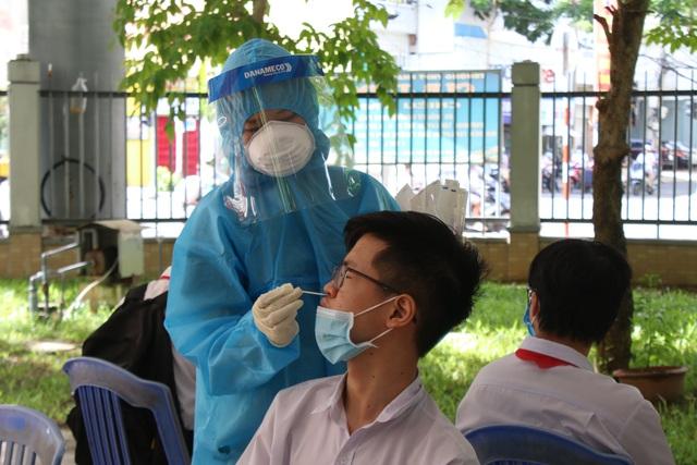 Lấy mẫu xét nghiệm Covid-19 cho hơn 13.000 thí sinh tham dự kỳ thi tuyển sinh lớp 10 tại Đà Nẵng - Ảnh 6.