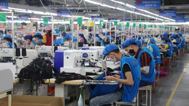Thủ tướng chỉ thị bảo đảm việc làm bền vững, nâng cao mức sống của công nhân lao động - Ảnh 1.