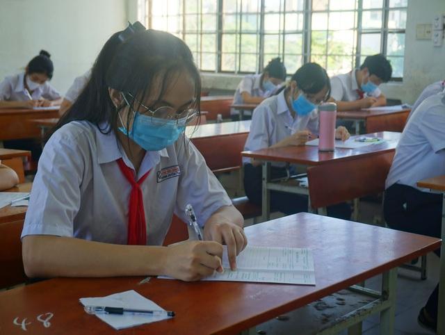 Thí sinh Đà Nẵng đeo khẩu trang, ngồi giãn cách dự thi vào lớp 10 - Ảnh 11.