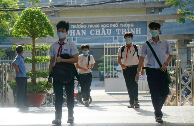 Thí sinh Đà Nẵng đeo khẩu trang, ngồi giãn cách dự thi vào lớp 10 - Ảnh 3.