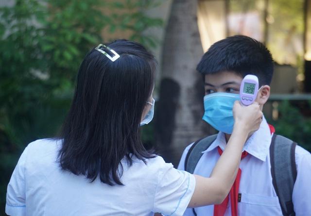Thí sinh Đà Nẵng đeo khẩu trang, ngồi giãn cách dự thi vào lớp 10 - Ảnh 4.