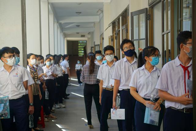 Thí sinh Đà Nẵng đeo khẩu trang, ngồi giãn cách dự thi vào lớp 10 - Ảnh 5.