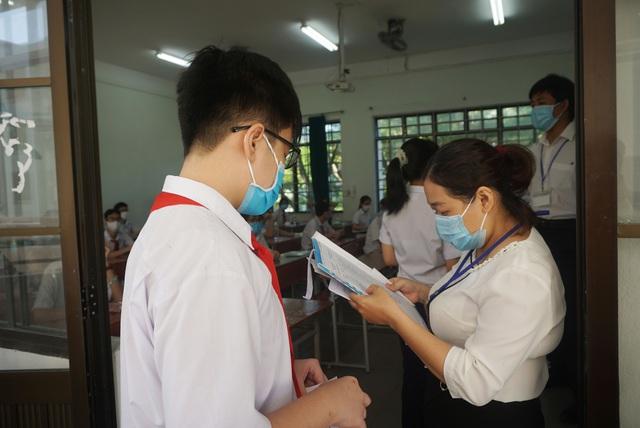 Thí sinh Đà Nẵng đeo khẩu trang, ngồi giãn cách dự thi vào lớp 10 - Ảnh 6.