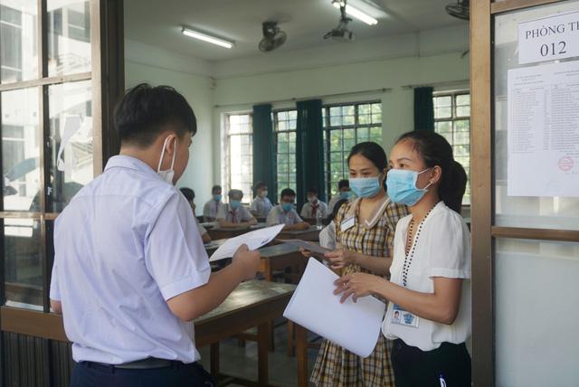 Thí sinh Đà Nẵng đeo khẩu trang, ngồi giãn cách dự thi vào lớp 10 - Ảnh 1.