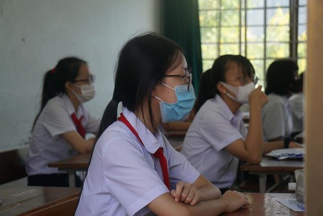 Thí sinh Đà Nẵng đeo khẩu trang, ngồi giãn cách dự thi vào lớp 10 - Ảnh 8.