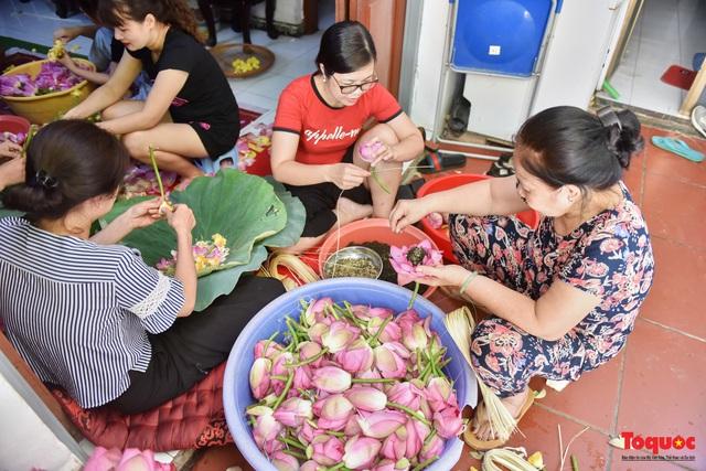 Gia đình Hà Nội suốt 70 năm làm trà ướ sen thứ trà hảo hạng, giá cả chục triệu/kg - Ảnh 2.