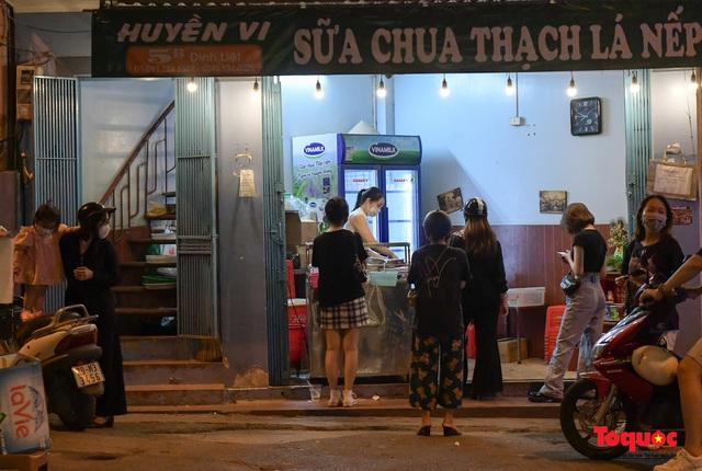 Hà Nội: Hàng loạt quán ăn uống, hàng quán vỉa hè bất chấp lệnh cấm hoạt động sau 21h - Ảnh 4.