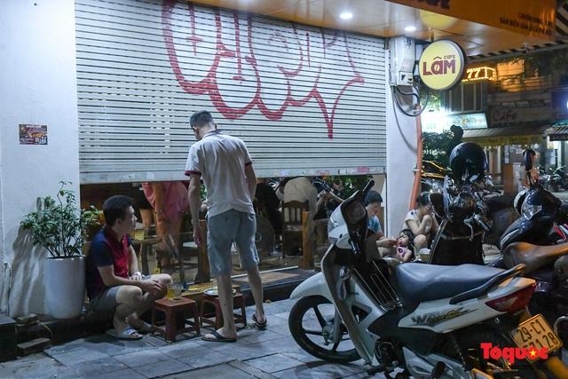 Hà Nội: Hàng loạt quán ăn uống, hàng quán vỉa hè bất chấp lệnh cấm hoạt động sau 21h - Ảnh 15.