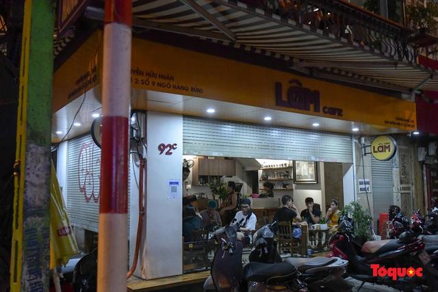 Hà Nội: Hàng loạt quán ăn uống, hàng quán vỉa hè bất chấp lệnh cấm hoạt động sau 21h - Ảnh 13.