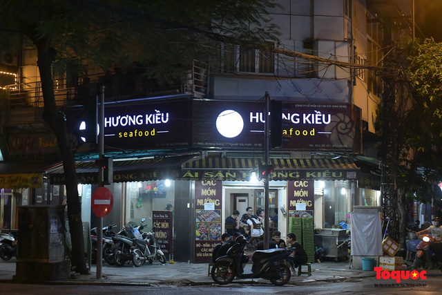 Hà Nội: Hàng loạt quán ăn uống, hàng quán vỉa hè bất chấp lệnh cấm hoạt động sau 21h - Ảnh 12.