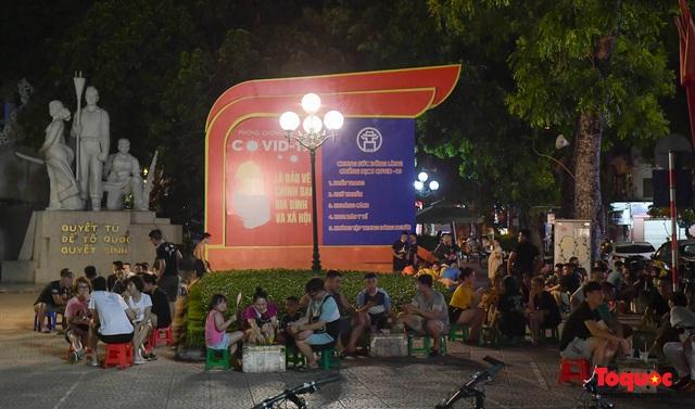 Hà Nội: Hàng loạt quán ăn uống, hàng quán vỉa hè bất chấp lệnh cấm hoạt động sau 21h - Ảnh 11.