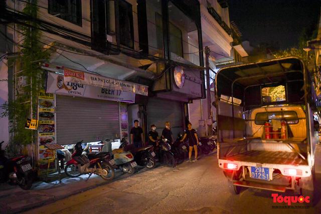 Hà Nội: Hàng loạt quán ăn uống, hàng quán vỉa hè bất chấp lệnh cấm hoạt động sau 21h - Ảnh 1.