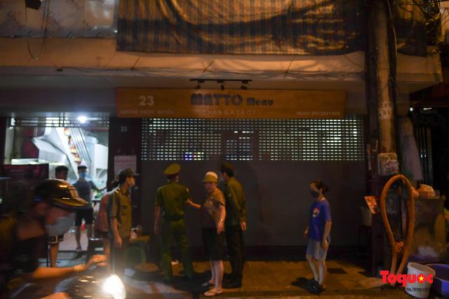 Hà Nội: Hàng loạt quán ăn uống, hàng quán vỉa hè bất chấp lệnh cấm hoạt động sau 21h - Ảnh 14.