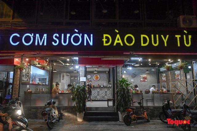 Hà Nội: Hàng loạt quán ăn uống, hàng quán vỉa hè bất chấp lệnh cấm hoạt động sau 21h - Ảnh 2.