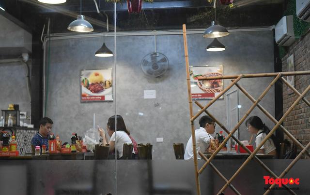 Hà Nội: Hàng loạt quán ăn uống, hàng quán vỉa hè bất chấp lệnh cấm hoạt động sau 21h - Ảnh 3.