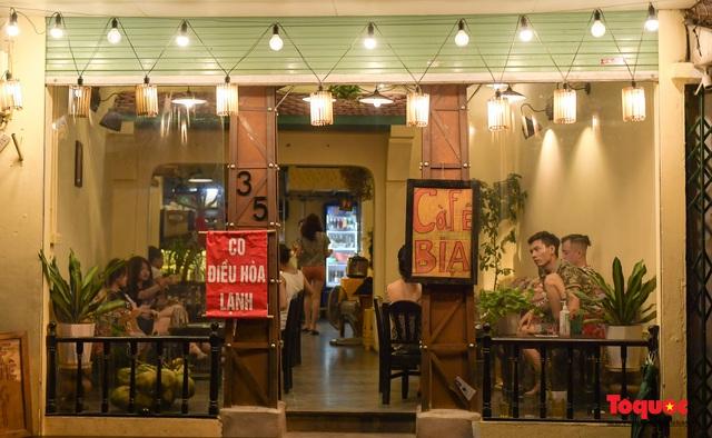 Hà Nội: Hàng loạt quán ăn uống, hàng quán vỉa hè bất chấp lệnh cấm hoạt động sau 21h - Ảnh 6.
