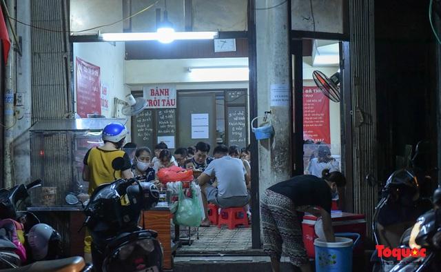 Hà Nội: Hàng loạt quán ăn uống, hàng quán vỉa hè bất chấp lệnh cấm hoạt động sau 21h - Ảnh 5.