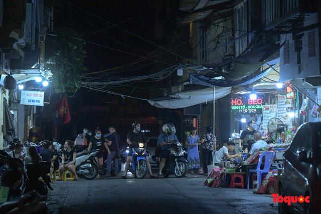 Hà Nội: Hàng loạt quán ăn uống, hàng quán vỉa hè bất chấp lệnh cấm hoạt động sau 21h - Ảnh 9.