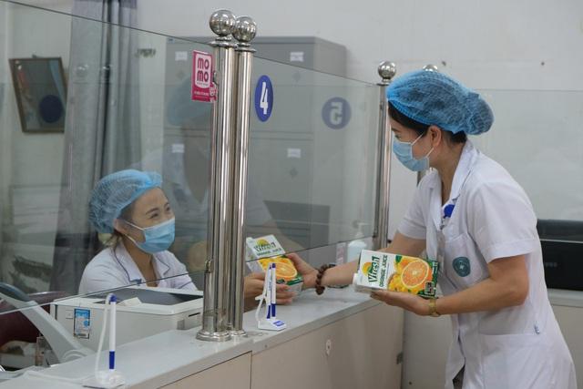 Vinamilk hỗ trợ 48.000 sản phẩm cho tổ công tác lấy mẫu, xét nghiệm của TP. HCM trong đợt dịch cao điểm  - Ảnh 2.