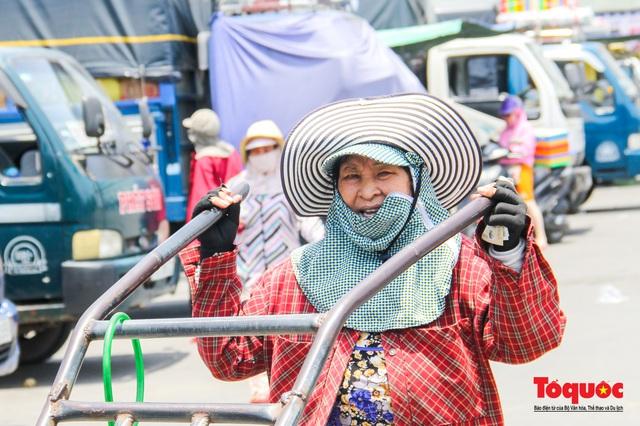 Người dân Thừa Thiên Huế chật vật mưu sinh giữa nắng nóng - Ảnh 6.