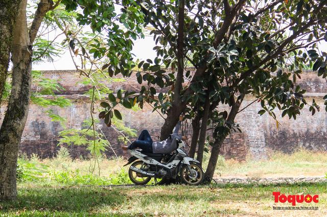 Người dân Thừa Thiên Huế chật vật mưu sinh giữa nắng nóng - Ảnh 11.