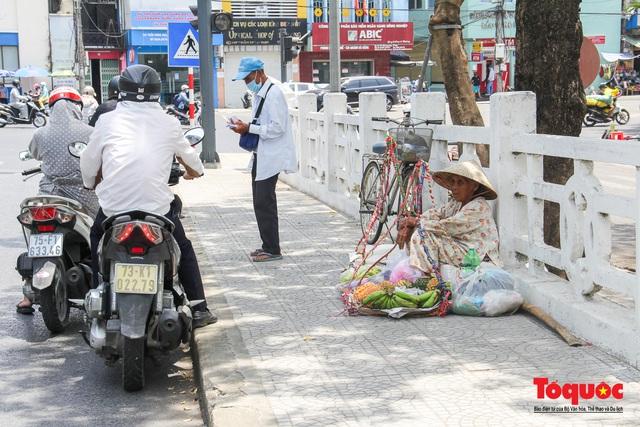 Người dân Thừa Thiên Huế chật vật mưu sinh giữa nắng nóng - Ảnh 8.