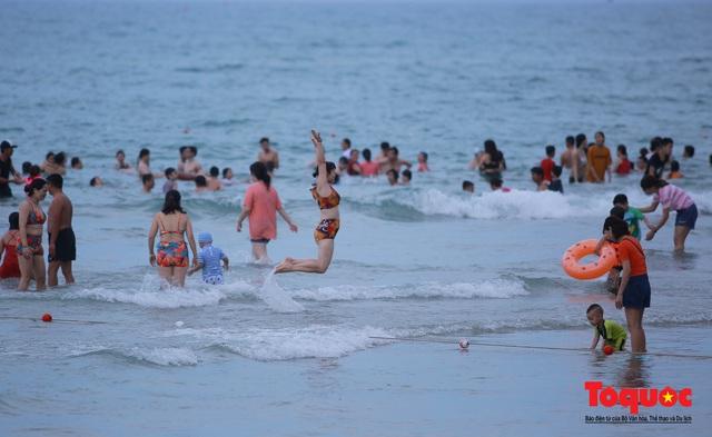 Từ 0 giờ ngày 9/6, Đà Nẵng cho tắm biển trở lại theo giờ; hàng quán được bán, phục vụ tại chỗ - Ảnh 1.