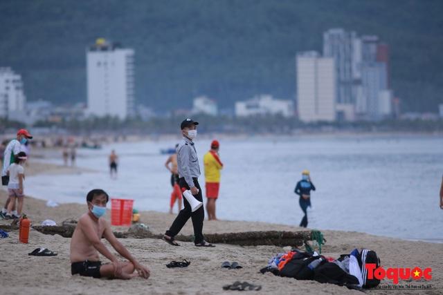 Người Đà Nẵng háo hức tắm biển từ sáng sớm, hàng quán vui mừng được phục vụ khách tại chỗ - Ảnh 11.