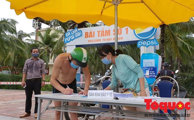 Người Đà Nẵng háo hức tắm biển từ sáng sớm, hàng quán vui mừng được phục vụ khách tại chỗ - Ảnh 5.