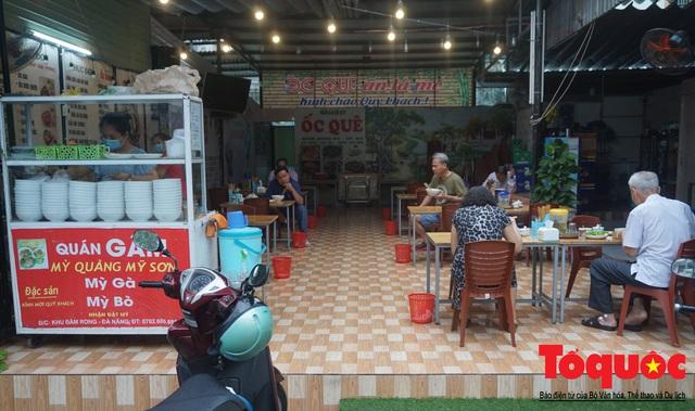 Người Đà Nẵng háo hức tắm biển từ sáng sớm, hàng quán vui mừng được phục vụ khách tại chỗ - Ảnh 18.
