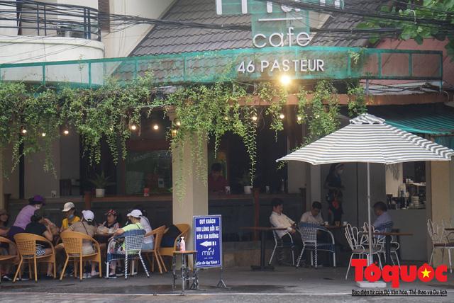 Người Đà Nẵng háo hức tắm biển từ sáng sớm, hàng quán vui mừng được phục vụ khách tại chỗ - Ảnh 16.