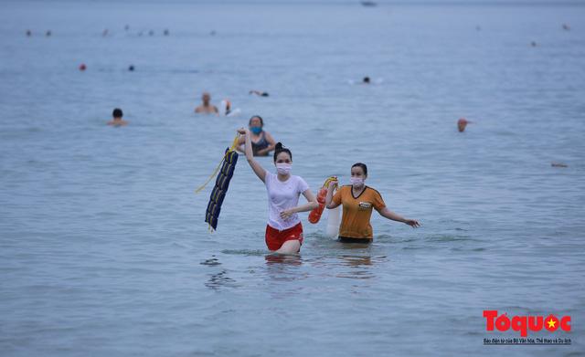 Người Đà Nẵng háo hức tắm biển từ sáng sớm, hàng quán vui mừng được phục vụ khách tại chỗ - Ảnh 4.