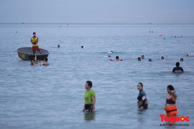 Người Đà Nẵng háo hức tắm biển từ sáng sớm, hàng quán vui mừng được phục vụ khách tại chỗ - Ảnh 13.