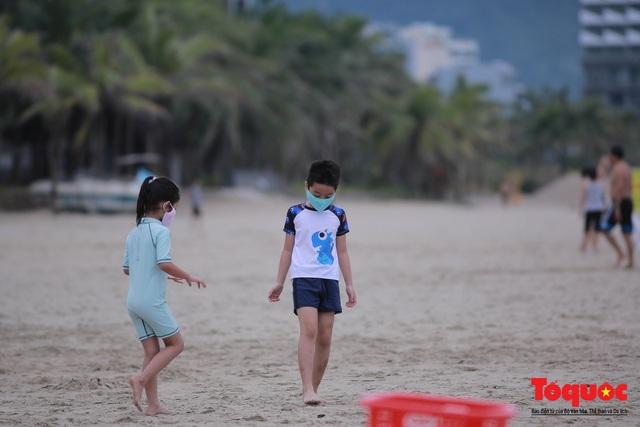 Người Đà Nẵng háo hức tắm biển từ sáng sớm, hàng quán vui mừng được phục vụ khách tại chỗ - Ảnh 8.