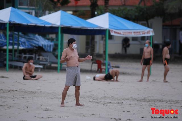 Người Đà Nẵng háo hức tắm biển từ sáng sớm, hàng quán vui mừng được phục vụ khách tại chỗ - Ảnh 10.
