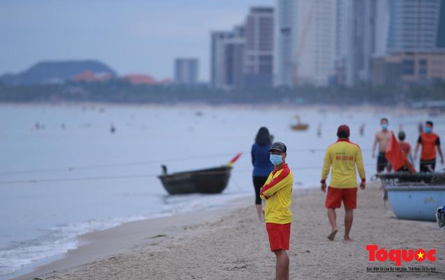 Người Đà Nẵng háo hức tắm biển từ sáng sớm, hàng quán vui mừng được phục vụ khách tại chỗ - Ảnh 12.