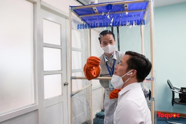 """Cận cảnh """"buồng lấy mẫu cách ly an toàn"""" giảm nhiệt cho các bác sĩ tuyến đầu chống dịch Covid 19 - Ảnh 17."""
