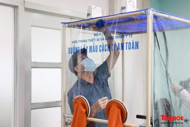 """Cận cảnh """"buồng lấy mẫu cách ly an toàn"""" giảm nhiệt cho các bác sĩ tuyến đầu chống dịch Covid 19 - Ảnh 5."""