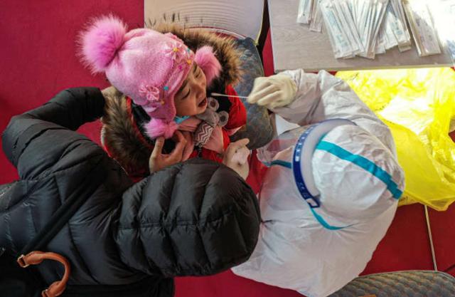 Trung Quốc bắt đầu phê duyệt sử dụng vaccine cho trẻ từ 3 tuổi - Ảnh 1.